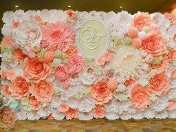 Фотозона з паперових квітів