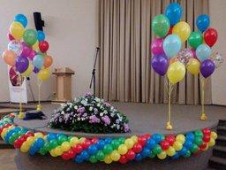 Оформлення сцени надувними кульками